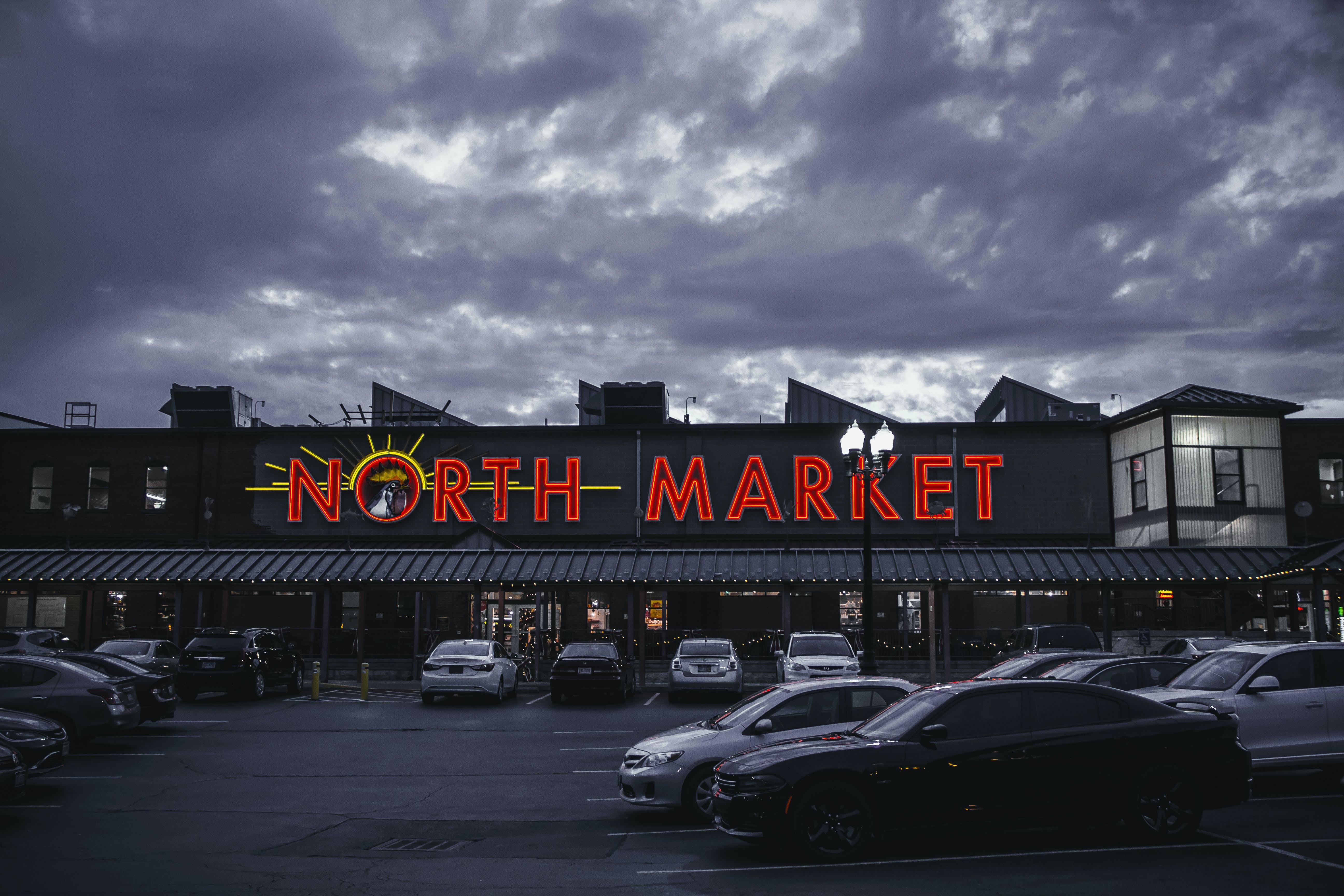 가로등, 가로등 기둥, 건물, 검은 구름의 무료 스톡 사진