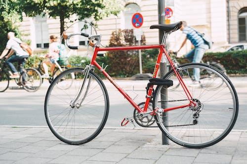 bisiklet, çelik, direk, kaldırım içeren Ücretsiz stok fotoğraf
