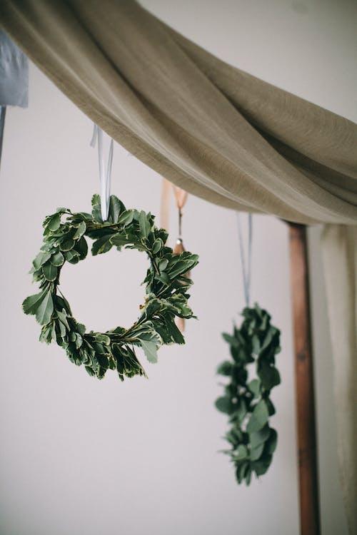 매달린, 장식, 커튼, 크리스마스 리스의 무료 스톡 사진