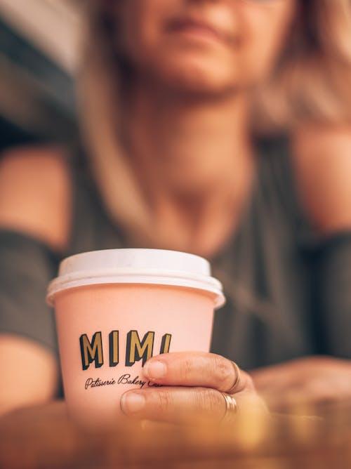 Aşk, bir fincan kahve, bulanık arka plan, bulanıklık içeren Ücretsiz stok fotoğraf