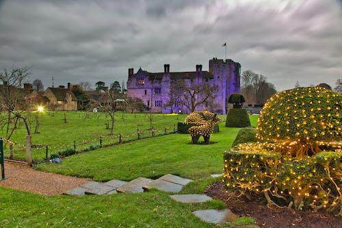 çim alan, hever kalesi, kale, Noel ışıkları s içeren Ücretsiz stok fotoğraf