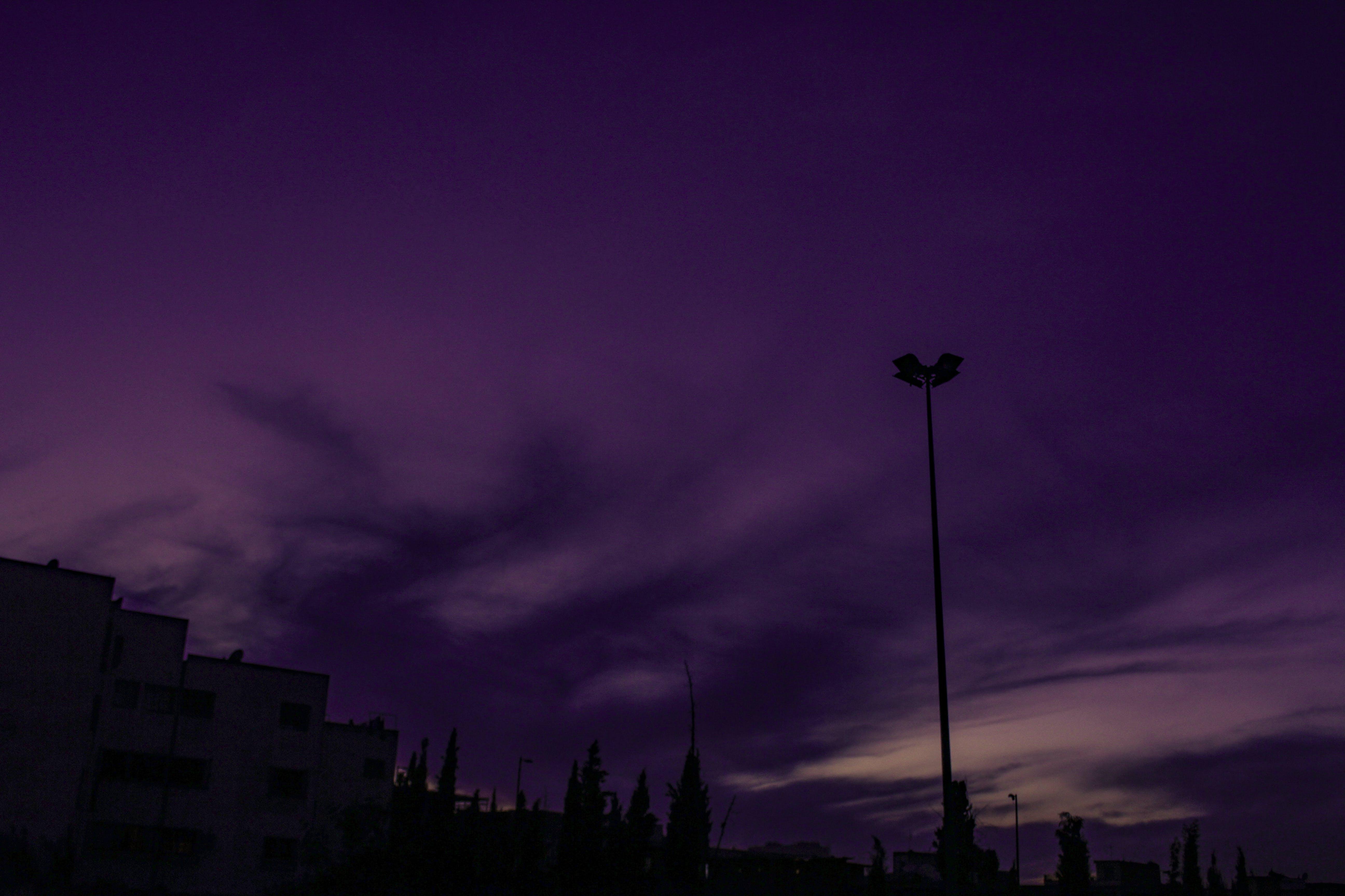 Kostenloses Stock Foto zu bewölkter himmel, dampf, dunkler himmel, lila