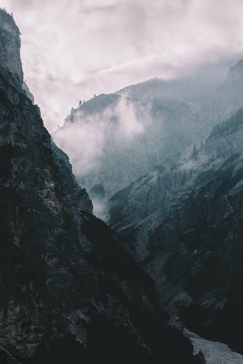Δωρεάν στοκ φωτογραφιών με βουνά, βουνοκορφή, βράχια, γρασίδι