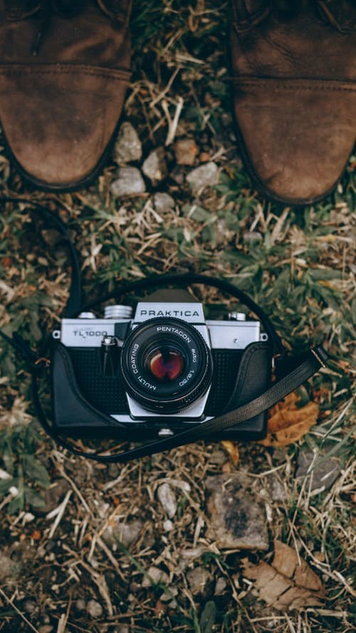Gratis stockfoto met analoge camera, bovenaanzicht, camera, camera draagband