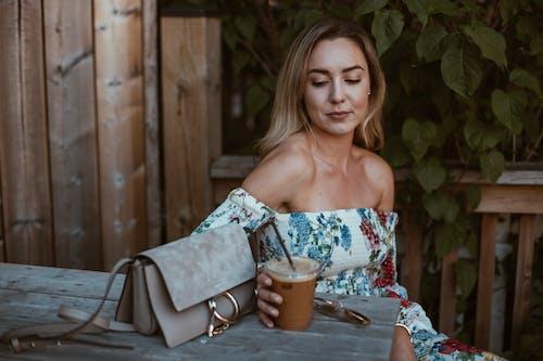 Gratis lagerfoto af Drik, drink, kaffe, kvinde