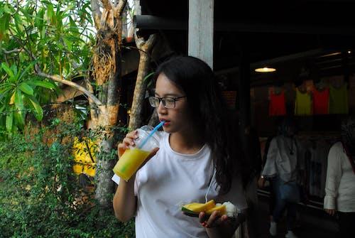 Безкоштовне стокове фото на тему «азіатська дівчина, пиття, портрет»