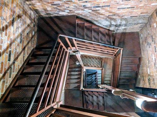 Fotobanka sbezplatnými fotkami na tému budova, námestie, schody, špirála