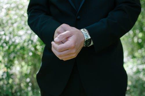 Gratis stockfoto met deftig, gras, handen, kerel