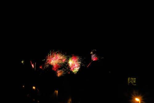 Foto profissional grátis de ano novo, cores, fogo de artifício, noite