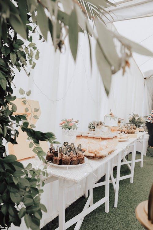Бесплатное стоковое фото с вкусный, десертный столик, еда, капкейки