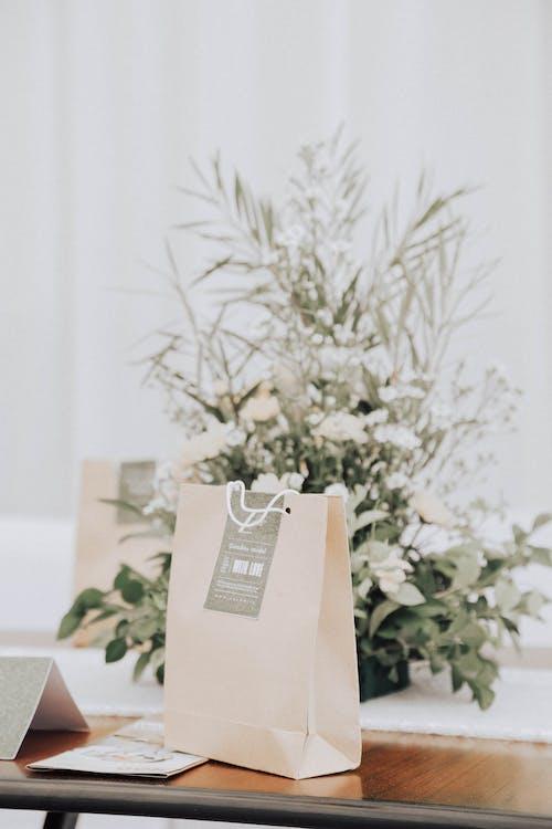 çanta, masa, şeftali çantası içeren Ücretsiz stok fotoğraf