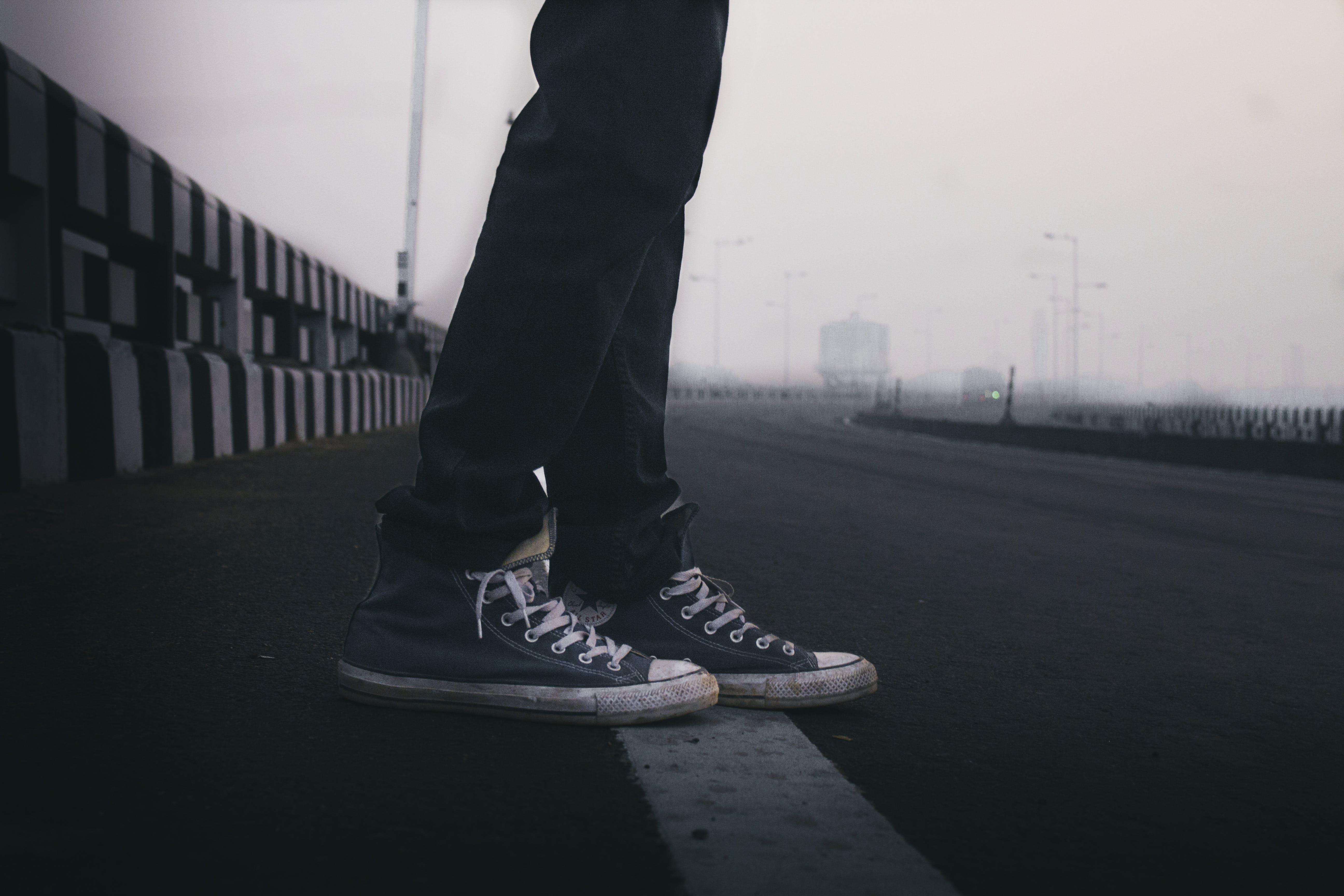 Základová fotografie zdarma na téma chodidla, mlha, muž, nohy