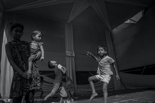 Základová fotografie zdarma na téma batole, černobílá, děti, kompozice