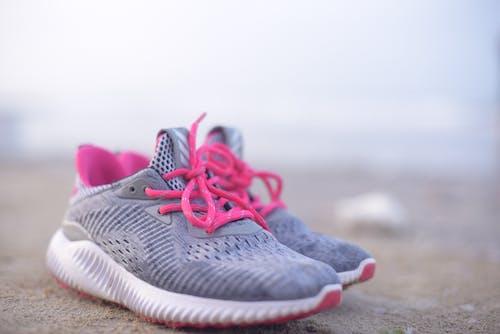 Gratis lagerfoto af fodtøj, makro, sneakers, snørebånd