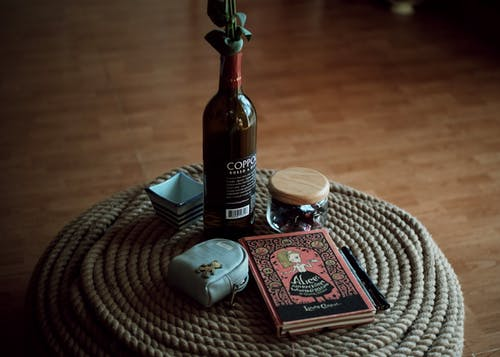 Gratis arkivbilde med bok, bord, container, drikke