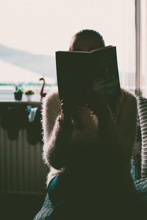 Gratis lagerfoto af bagbelyst, bog, dame, dybde