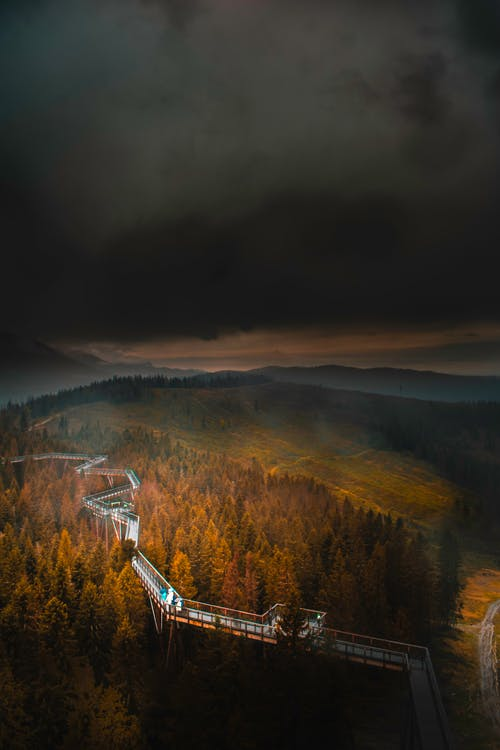 Kostenloses Stock Foto zu bäume, berg, bewölkt, dunkel