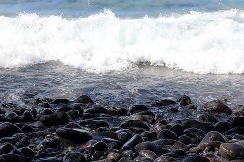 Ilmainen kuvapankkikuva tunnisteilla aalto, hiekkaranta, kirkas, kivet