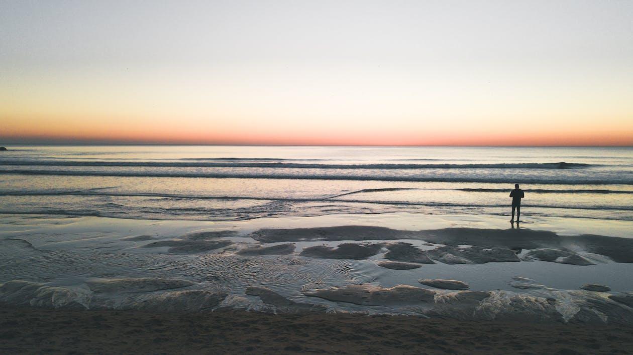 Schattenbild Des Mannes, Der Meer Gegenübersteht