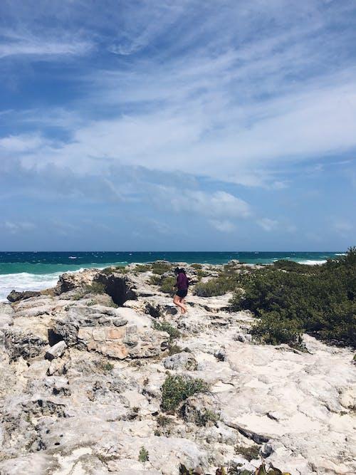 Δωρεάν στοκ φωτογραφιών με ακτή, άνθρωπος, απόλαυση, βράχια