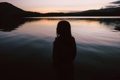 Gratis lagerfoto af bagbelyst, ensomhed, flod, kvinde