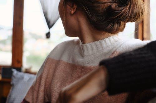 人, 女人, 毛線衣, 看著別處 的 免费素材照片