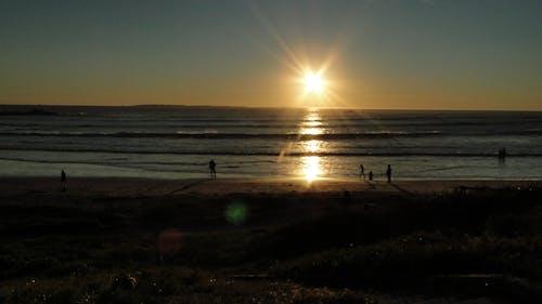Photos gratuites de coucher de soleil, gens, océan, paysage