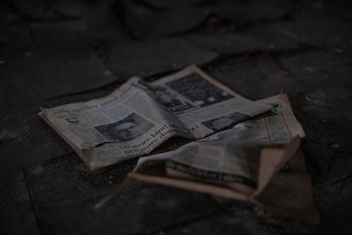 Foto stok gratis berbayang, berfokus, koran, limbah