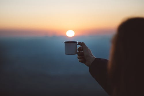 Základová fotografie zdarma na téma holka, horizont, hrnek, hrnek na kávu