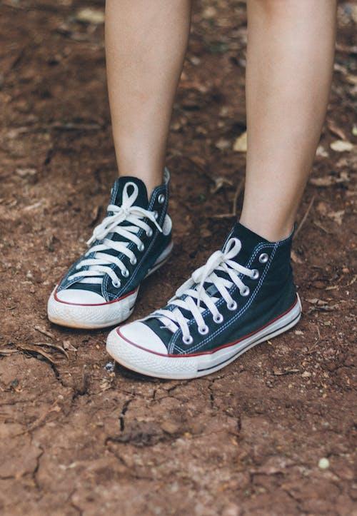 Základová fotografie zdarma na téma chodidla, conversky, obuv, tenisky