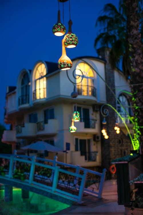 Kostnadsfri bild av arkitektur, byggnad, hotell, lampor