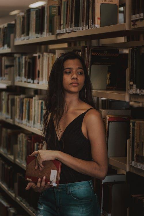Foto d'estoc gratuïta de bellesa, biblioteca, bonic, dona