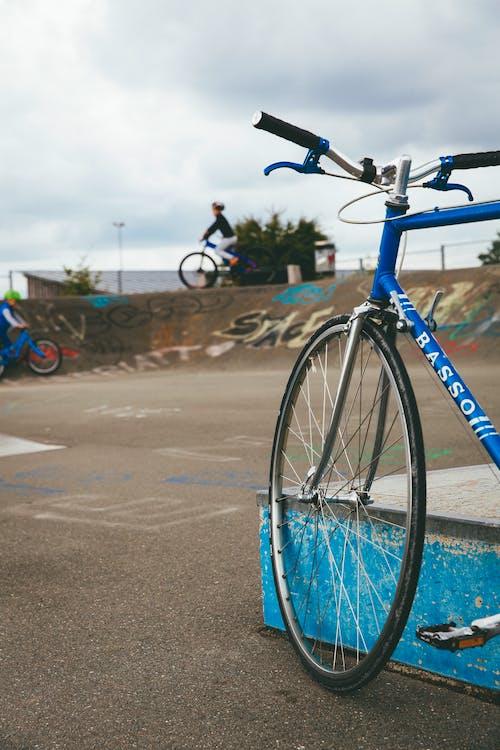 Foto profissional grátis de adulto, argamassa, bicicleta de montanha, carona