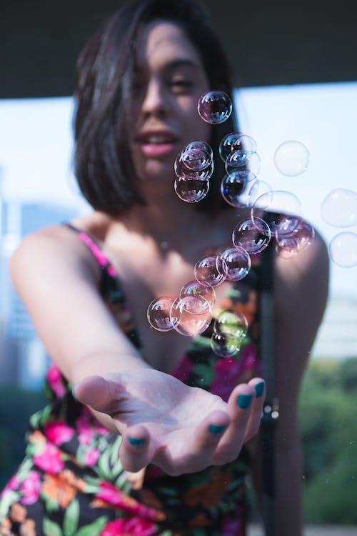baloncuklar, el, erişmek, Kadın içeren Ücretsiz stok fotoğraf