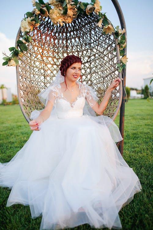 Darmowe zdjęcie z galerii z biała sukienka, biały, dzień, dziewczyna
