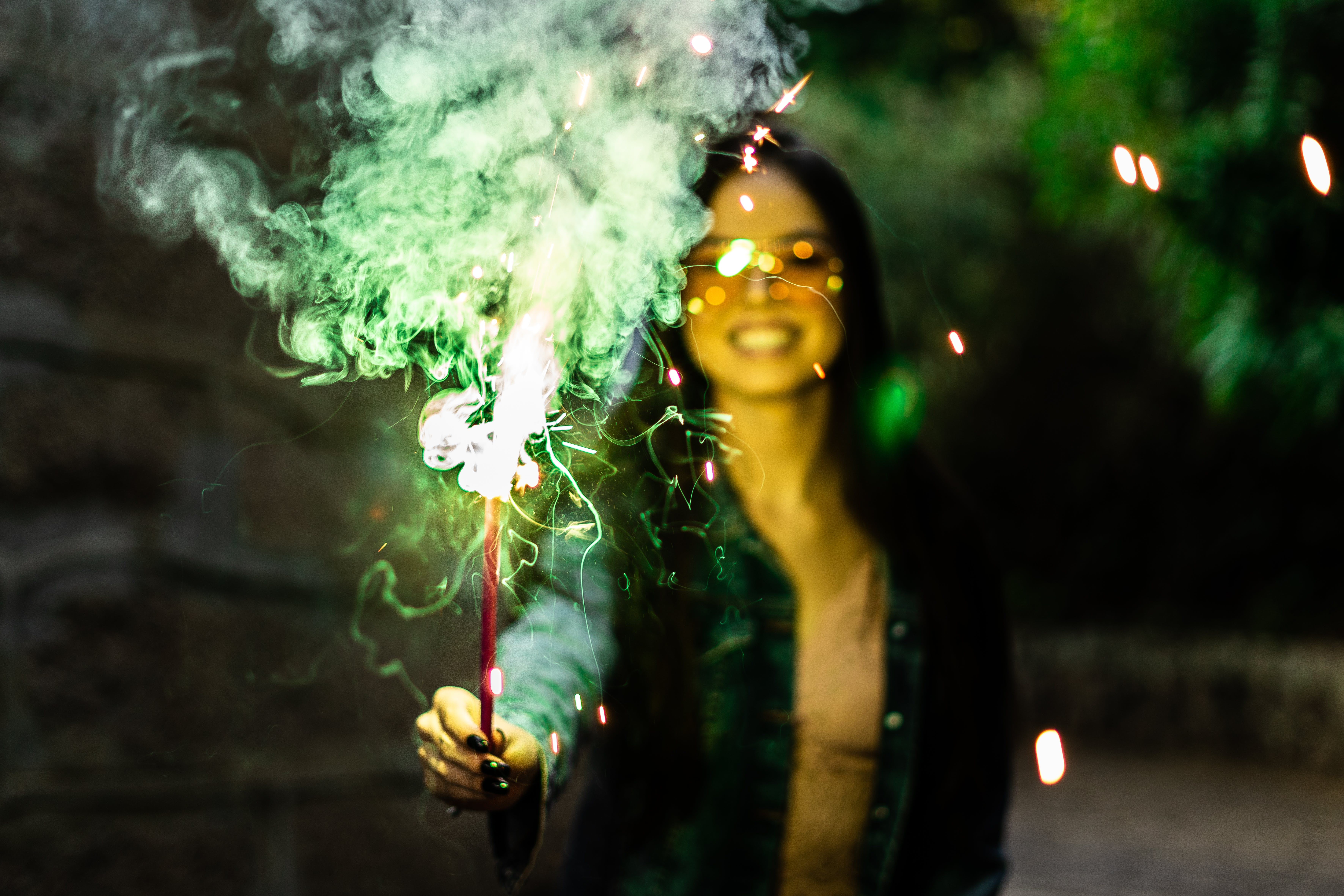 Ảnh lưu trữ miễn phí về mỉm cười, tia lửa, đàn bà, đứng