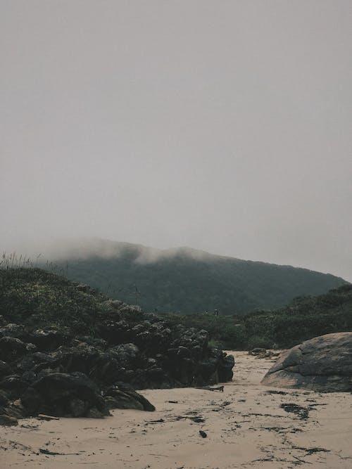 dağ, deniz kıyısı, doğa, gün doğumu içeren Ücretsiz stok fotoğraf