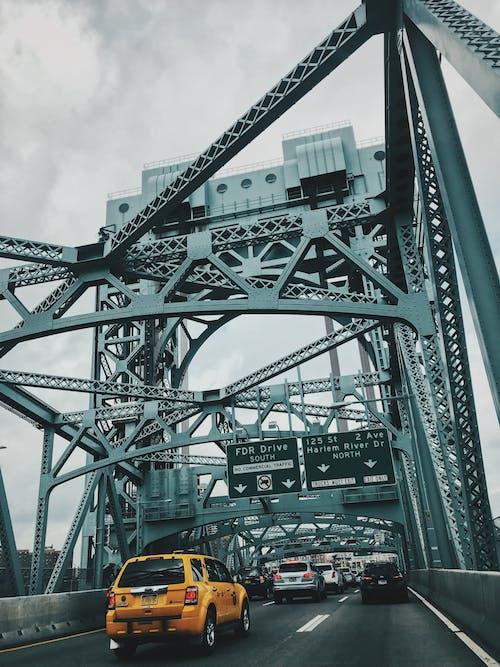 Fotobanka sbezplatnými fotkami na tému architektúra, asfalt, autá, cedule