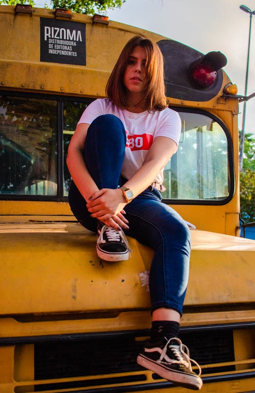 Foto d'estoc gratuïta de adolescent, assegut, autobús escolar, bellesa