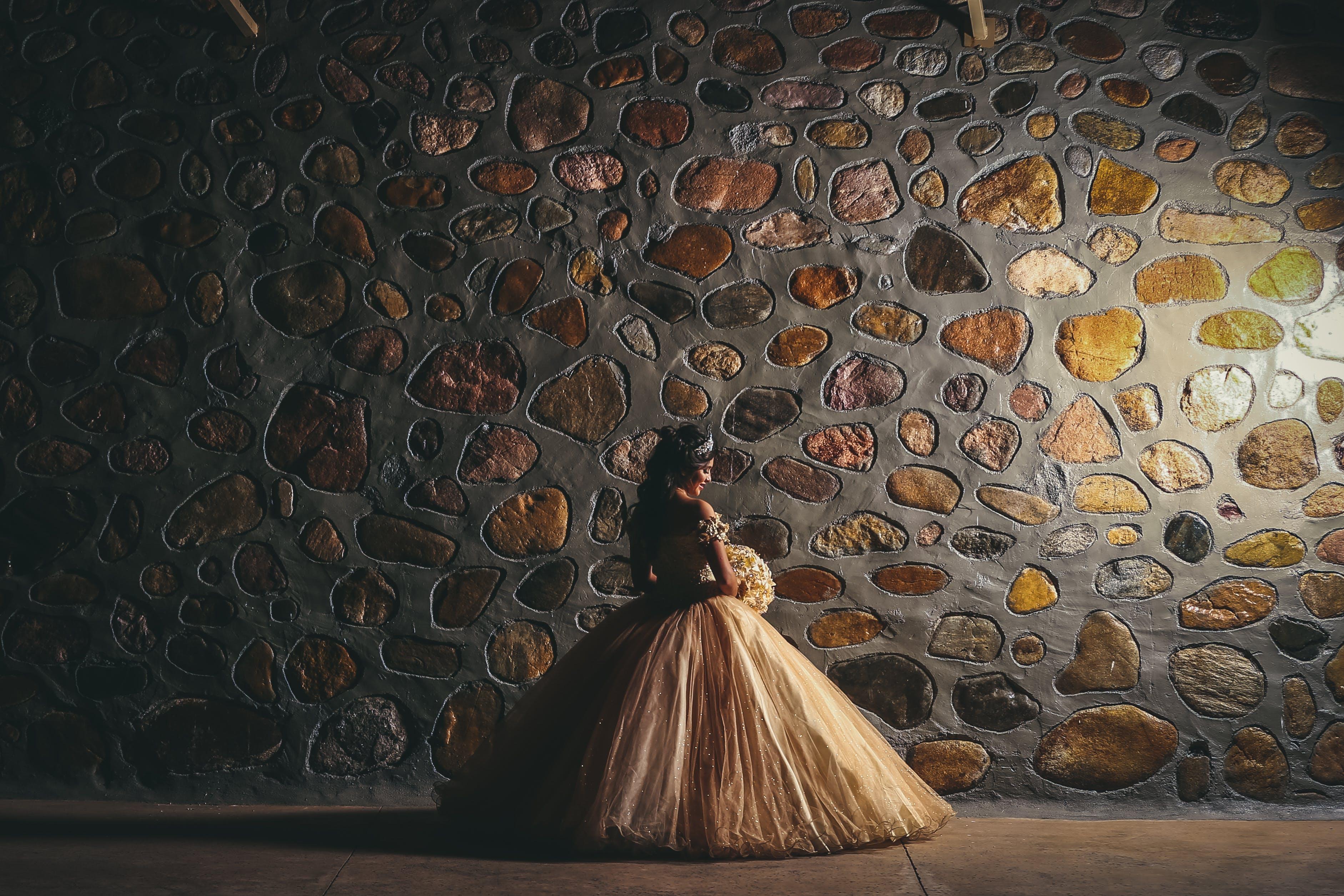 Základová fotografie zdarma na téma focení, holidng, kamenná zeď, nevěsta