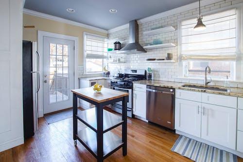 Безкоштовне стокове фото на тему «інтер'єр, всередині, кухня, просторий»