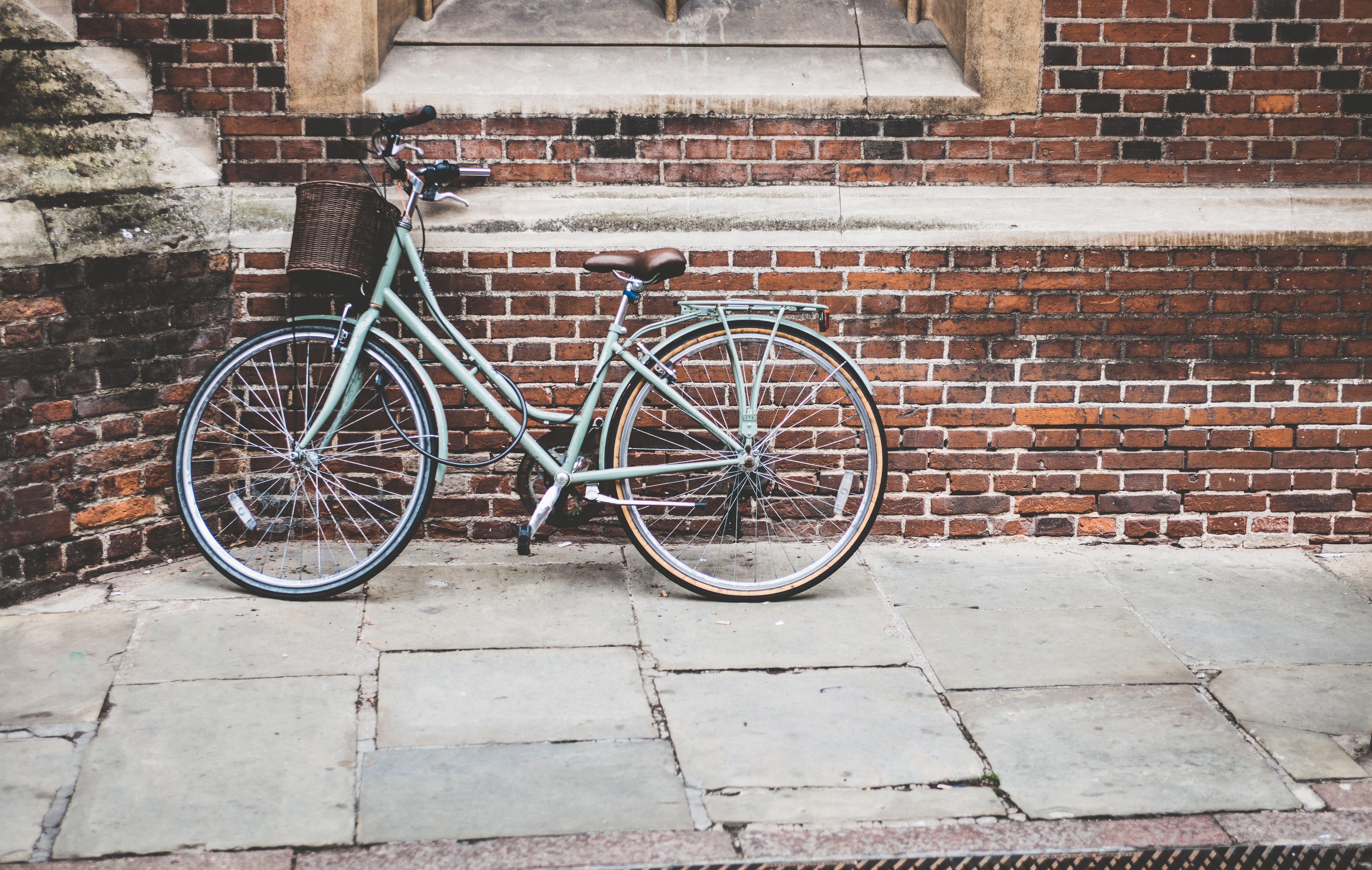 Kostenloses Stock Foto zu architektur, backstein, bürgersteig, fahrrad