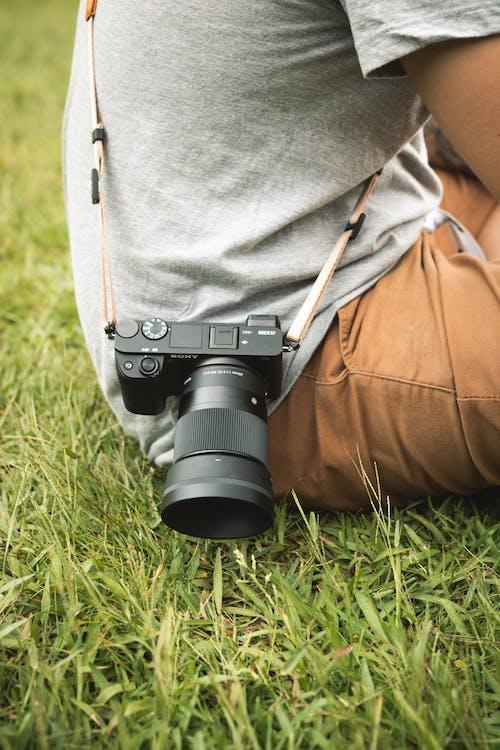Kişinin Sağ Belinde Siyah Dslr Kamera