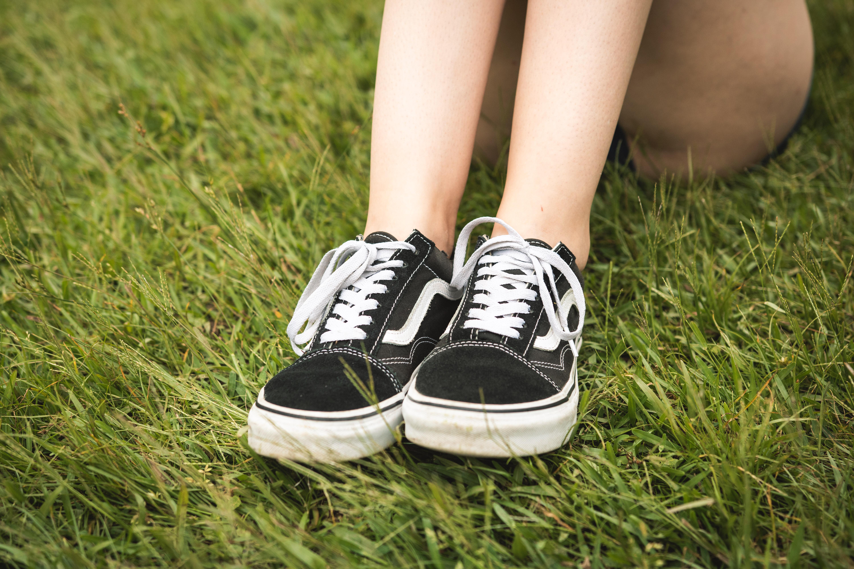 Sneakers skate black Vans Old Skool that wears the