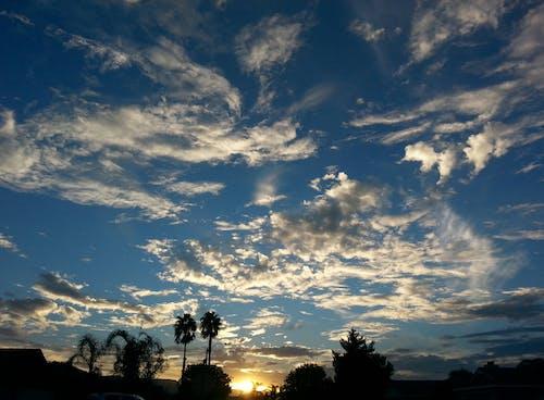 Foto d'estoc gratuïta de cel al capvespre, núvols