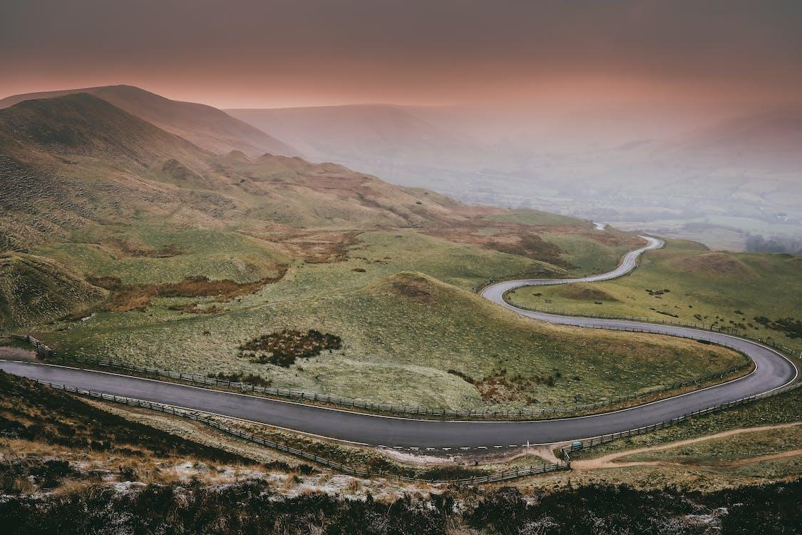 camino sinuoso, carretera, con niebla