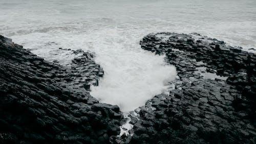 岩石, 岸邊, 海, 海景 的 免费素材照片