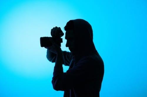 Gratis arkivbilde med bakbelysning, kamera, mann, person