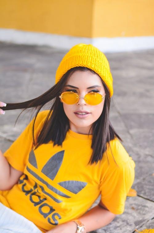 Mujer Vistiendo Camiseta Adidas Amarilla