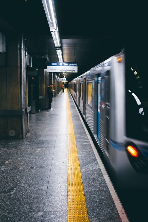 Darmowe zdjęcie z galerii z dworzec kolejowy, metro, pociąg, pojazd